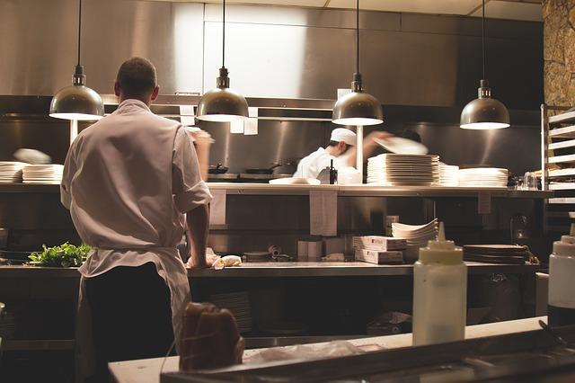 Köche in Großküche arbeiten
